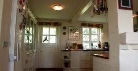Ferienhaus Kueche mit Tür zum Garten